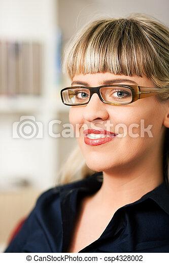 Mujer delante de estantería de libros - csp4328002