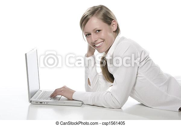 Mujer frente a la computadora - csp1561405