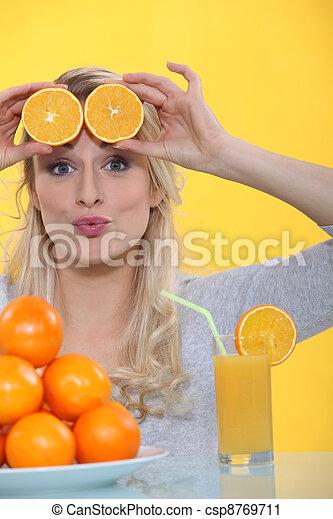 Mujer con rebanadas de naranja en la frente - csp8769711