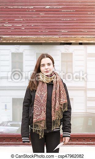 Retrato de una joven frente a una ventana - csp47962082
