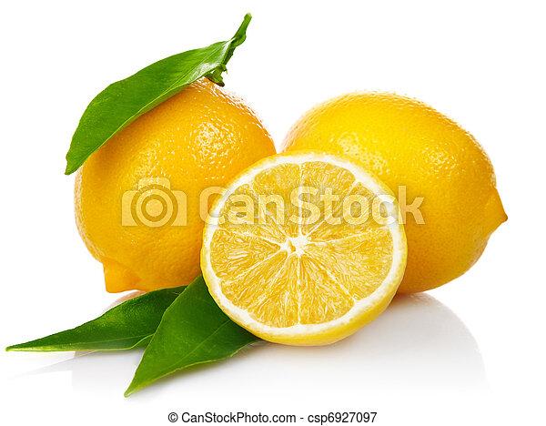 Limones frescos con hojas verdes - csp6927097