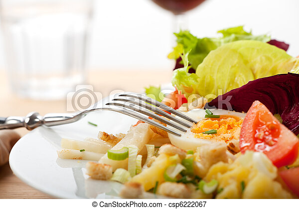 Fresca, ensalada, verde, comida, huevo, yema, papa, vaso, plato, mezcla, tenedor, luz, verano, primavera, tomate, cucumber, brebaje - csp6222067