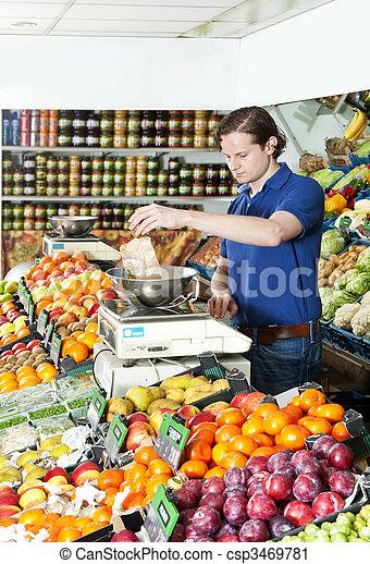 Pesando frutas frescas - csp3469781