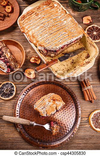 Pudín de pan recién horneado - csp44305830