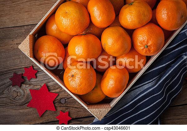 Fresh oranges in wooden box - csp43046601