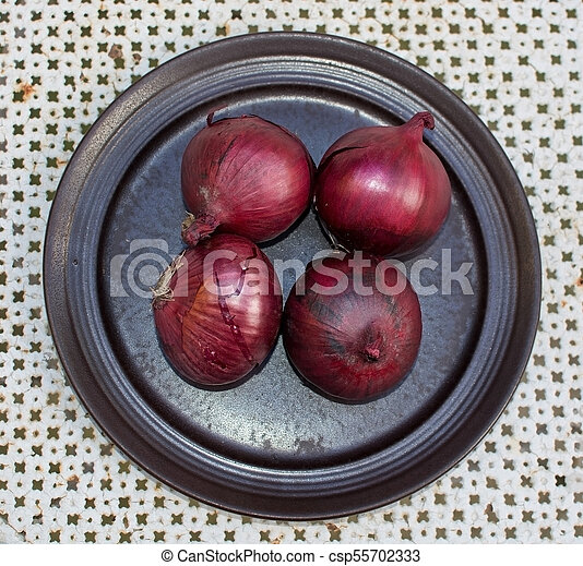 Fresh red onions plate - csp55702333