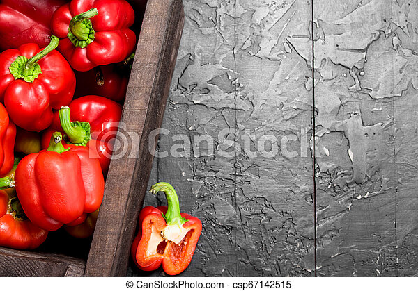 Fresh red sweet pepper in the box. - csp67142515
