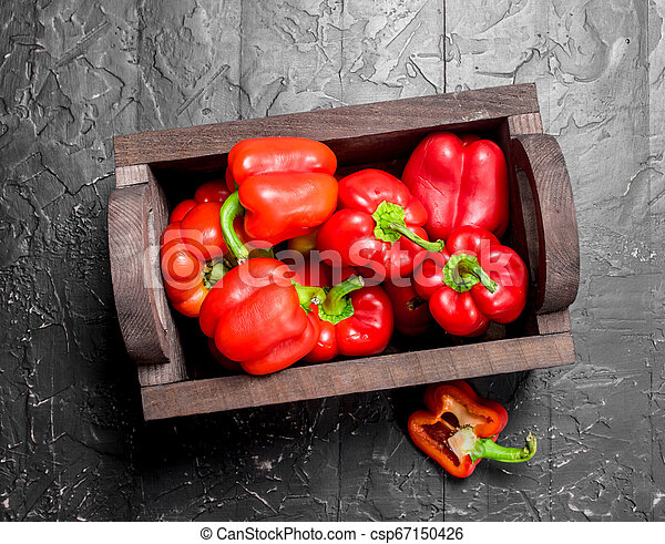 Fresh red sweet pepper in the box. - csp67150426