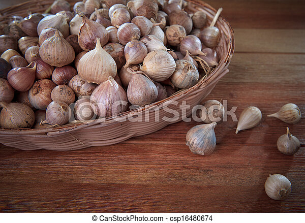 fresh single garlic head in basket on wood textured single garlic head good quality than other garlic kind more value for heathy medical mixed - csp16480674