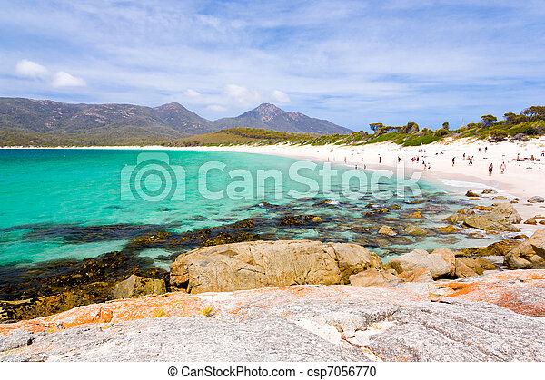 La playa de Wineglass Bay, Freycinet National Park, Tasmania, Australia - csp7056770