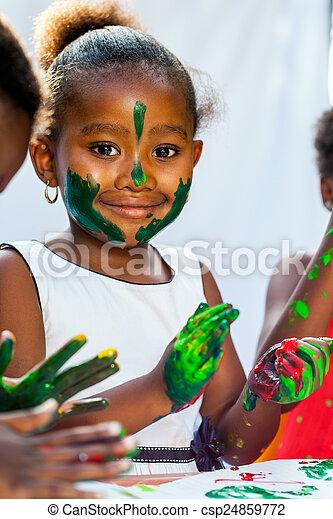 friends., arriba, africano, cierre, niña, pintura - csp24859772