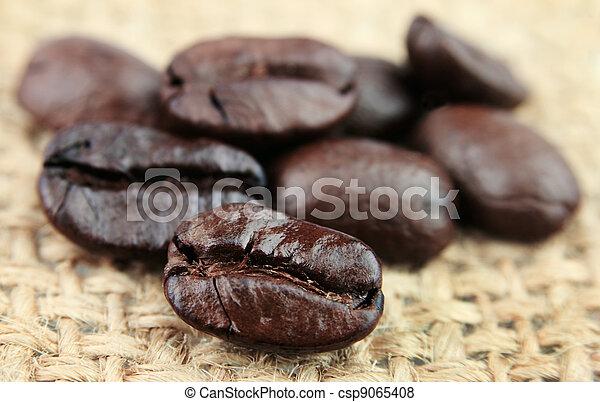El primer plano de los granos de café - csp9065408