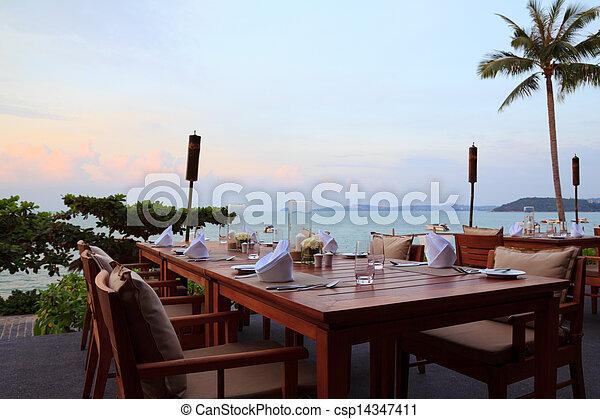 frilufts restaurang, middag sätta, solnedgång strand, bordläggar - csp14347411