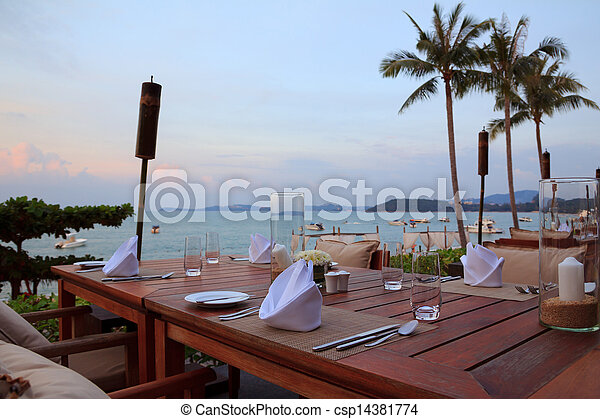 frilufts restaurang, middag sätta, solnedgång strand, bordläggar - csp14381774