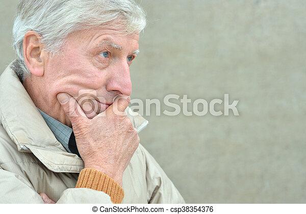 froid, homme aîné - csp38354376