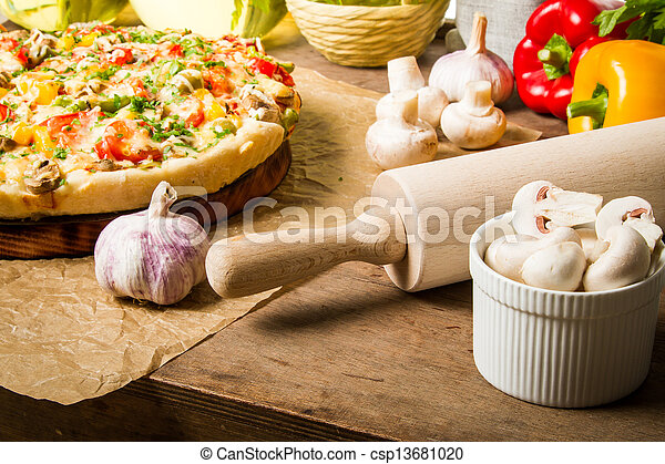 ¿Preparándote para hacer una pizza? De verduras frescas - csp13681020