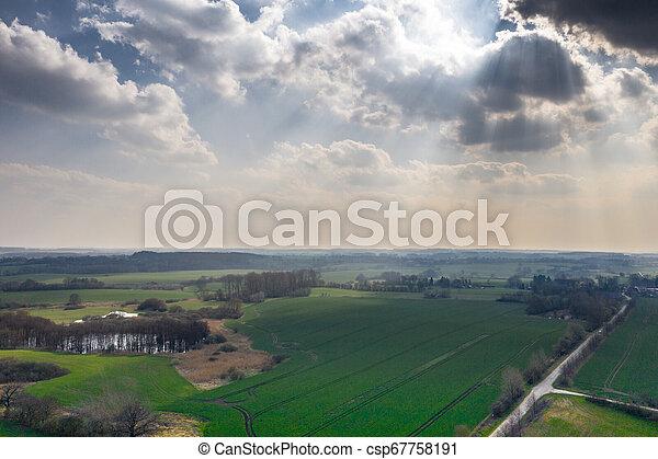 Drohnenfoto einer grünen Seelandschaft im Frühjahr - csp67758191