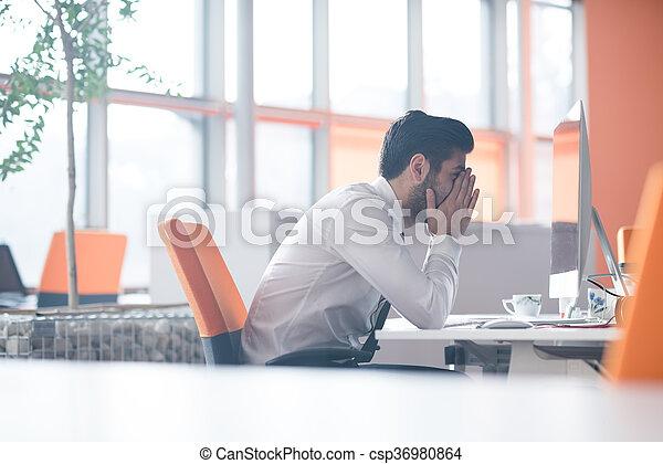 Un joven empresario frustrado en el trabajo - csp36980864