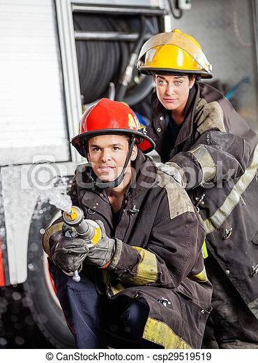 Bomberos practicando en la estación de bomberos - csp29519519