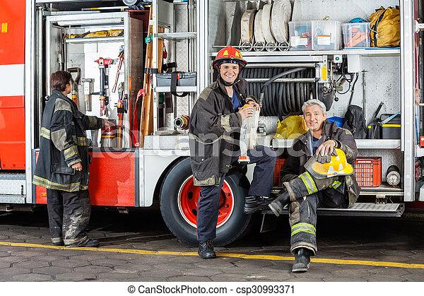 Bomberos confiados en la estación de bomberos - csp30993371