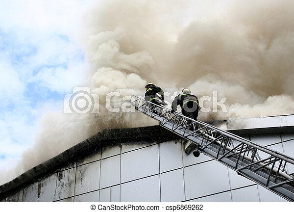 Bomberos en un boom durante el fuego en el centro de la ciudad - csp6869262