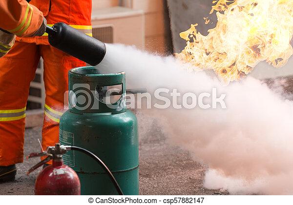 Entrenamiento de bomberos - csp57882147