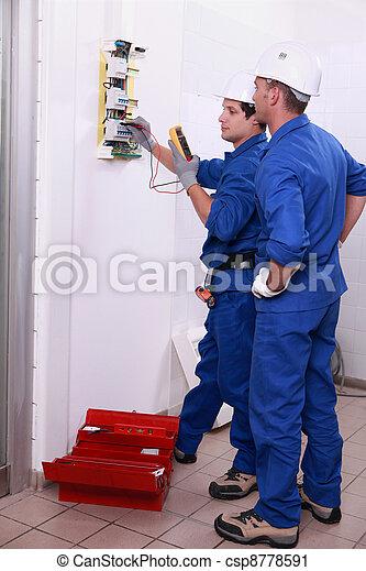 fuente de alimentación, dos, electricistas, inspeccionar, eléctrico - csp8778591