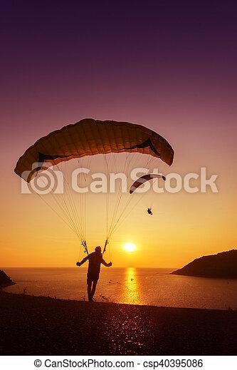 fundo, voando, céu, sskydivers, início, pôr do sol, mar, pronto - csp40395086