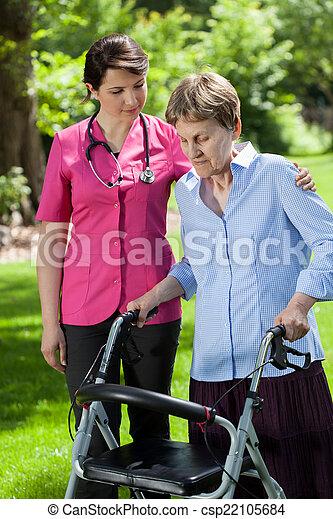 fysiotherapeut, kijkende vrouw, orthopedic, walker, gebruik - csp22105684