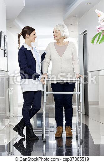 fysiotherapeut, kijkende vrouw, terwijl, walker, gebruik, senior - csp37365519