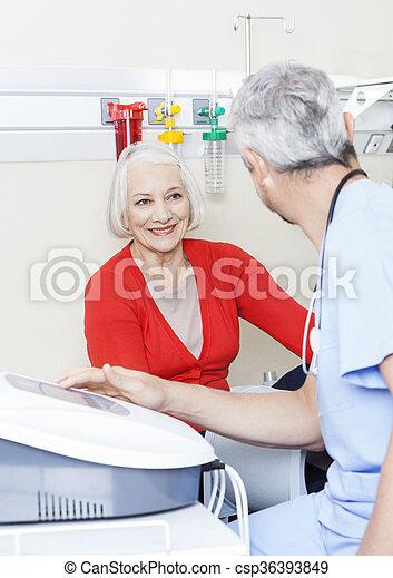 fysiotherapeut, patiënt, het kijken, gebruik, hoger mannetje, machi, vrolijke  - csp36393849