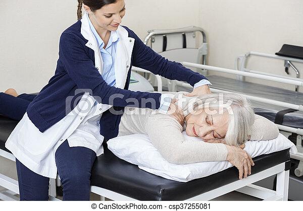 fysiotherapeut, vrouw, centrum, geven, rehab, senior, masseren - csp37255081