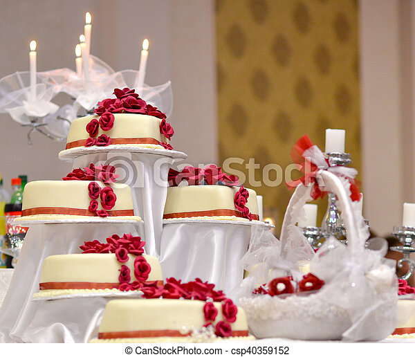 Gâteau Blanc Rosese Rouges Mariage