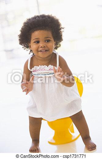 gående potta, le, inomhus, baby - csp1731771