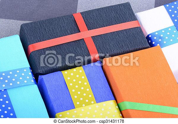 gåvor, lysande, remsor, inbjudan, helgdag, kort - csp31431178