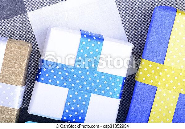 gåvor, lysande, remsor, inbjudan, helgdag, kort - csp31352934