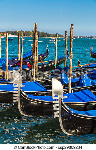 Gondolas en Venecia, Italia - csp29809234
