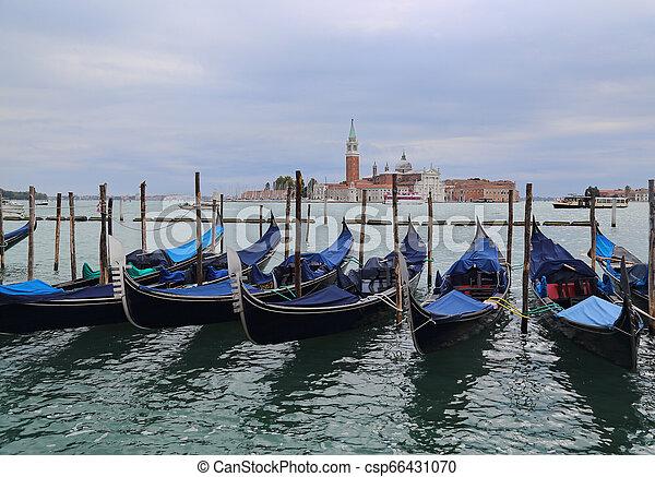 Gondolas en Venecia, Italia - csp66431070