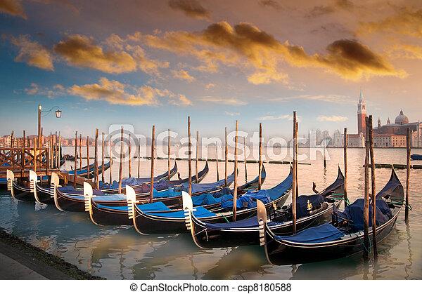 Gondolas en Venecia, Italia - csp8180588