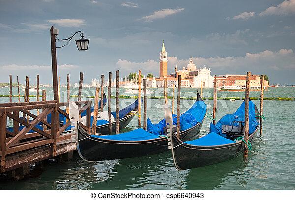Gondolas en el gran canal, Venecia, Italia - csp6640943