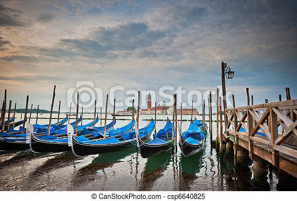 Gondolas en el gran canal, Venecia, Italia - csp6640825