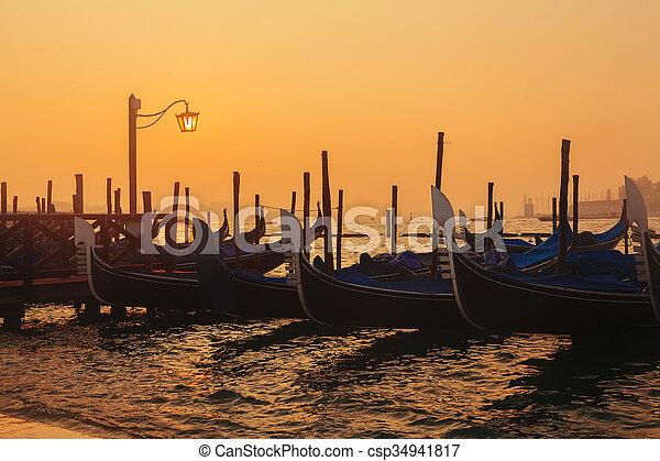 Gondolas venecianas al amanecer - csp34941817