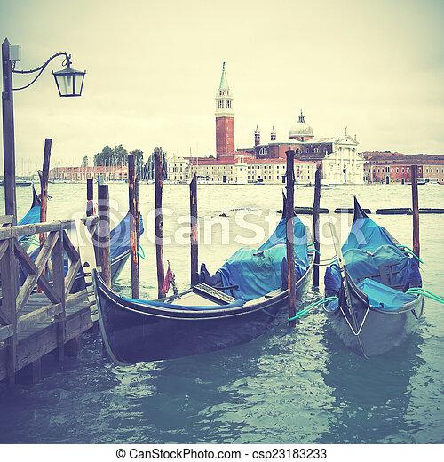 Gondolas en Venecia - csp23183233