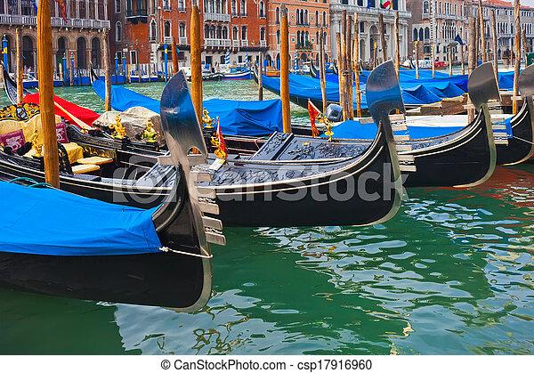 Gondolas en Venecia - csp17916960