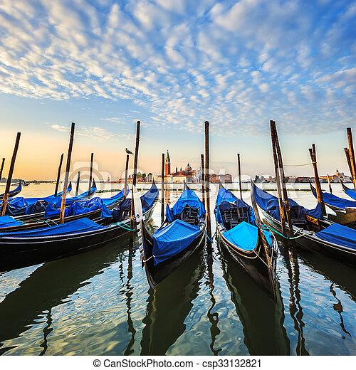 Gondolas en laguna de Venecia - csp33132821