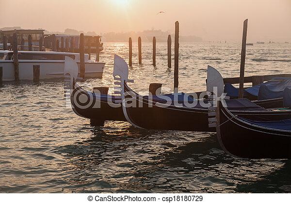 Gondolas venecianas al amanecer en Venecia - csp18180729