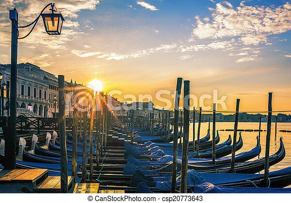 Venecia con góndolas al amanecer - csp20773643
