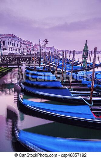 Gondolas en Venecia al amanecer - csp46857192