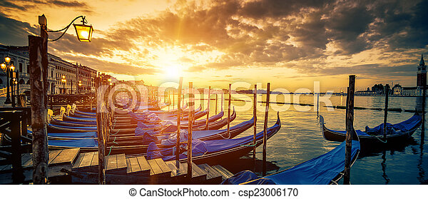 Vista panorámica de Venecia con góndolas al amanecer - csp23006170