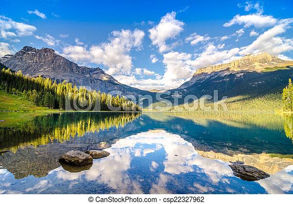 góra, skalisty, odbicie, jezioro, woda, skala, szmaragd, mountai - csp22327962